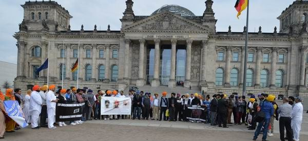 http://sameydiawaaz.com/Photos/18.04.2013%20-%20Protest%20for%20Prof.%20Bhullar%20in%20Berlin/138.JPG